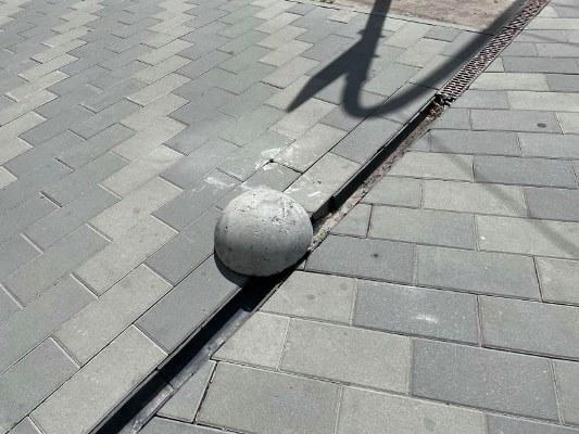 """Житомиряни """"дістали"""" редакцію нашого сайту скаргами на стан тротуарів. Невже міській владі """"наплювати"""" на житомирян і Житомир? ФОТО"""