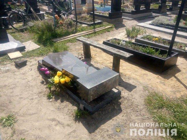 На Житомирщині викрили підозрюваного у нарузі над могилами у Пулинах. ФОТО
