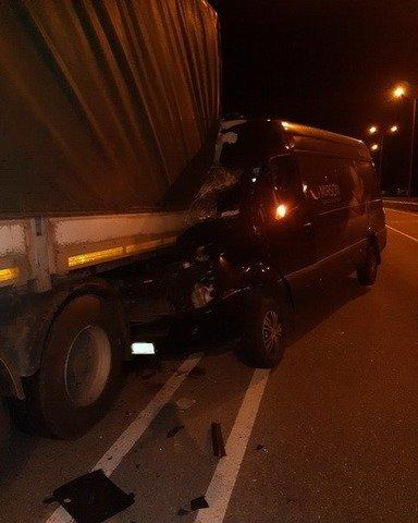 На Житомирщині мікроавтобус врізався у вантажівку, яку зупинили патрульні. ФОТО
