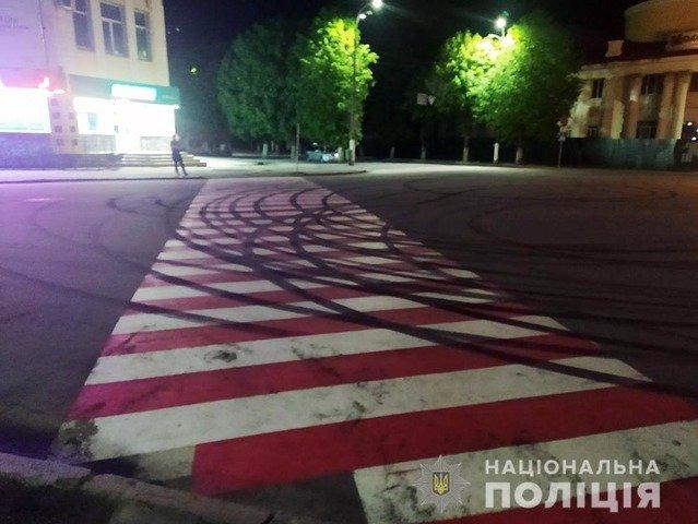 """У Новоград-Волинському водію Toyota загрожує кримінальна відповідальність за нічний """"дрифт"""". ФОТО"""