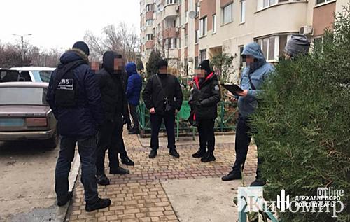 Под Одессой полицейский ограбил на улице женщину, забрав сумку с деньгами и драгоценностями