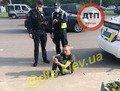 У Києві чоловік хотів прийняти наркотики в авто патрульних. ФОТО