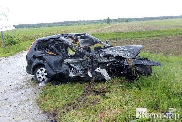 На трасі у Олевському районі Ford виїхав на зустрічну смугу руху та врізався у Volkswagen: троє людей травмовані