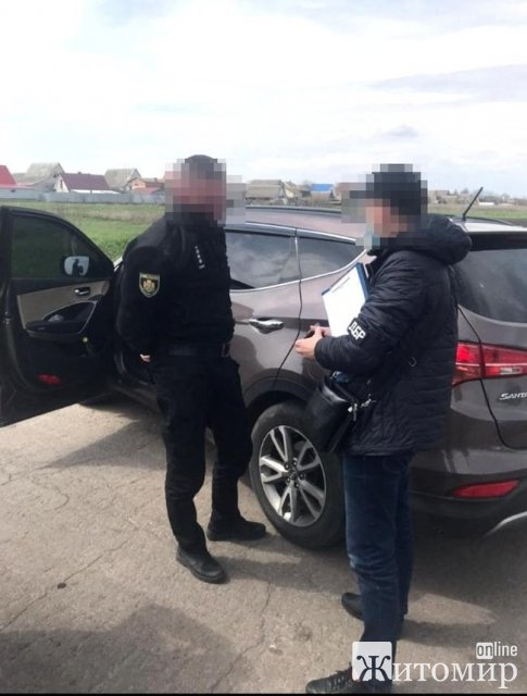 На Житомирщині двох поліцейських затримали під час одержання хабаря талонами на 1,1 тис. літрів пального, - прокуратура