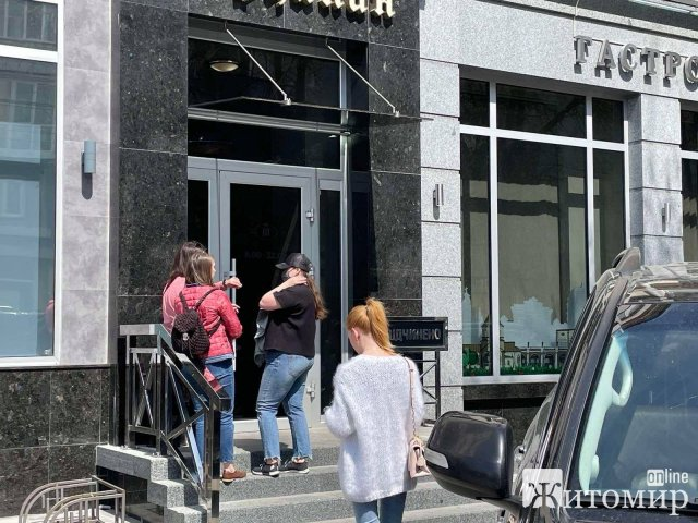 Сьогодні черга у популярному житомирському маркеті делікатесів починається аж на вулиці. ФОТО