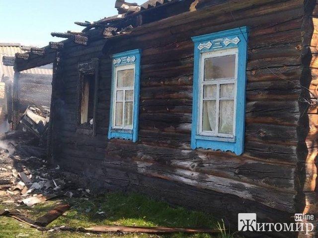 На Житомирщині горів житловий будинок: господиня готувала їжу і почалася пожежа, вибухнув газовий балон. ФОТО