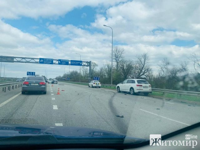 На житомирській трасі сталася жахлива ДТП: водія затиснуло в салоні. ФОТО. ВІДЕО