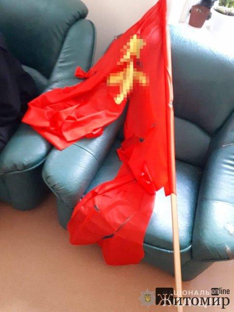 У Коростені знайшли особу, яка встановила прапор із забороненою радянською символікою