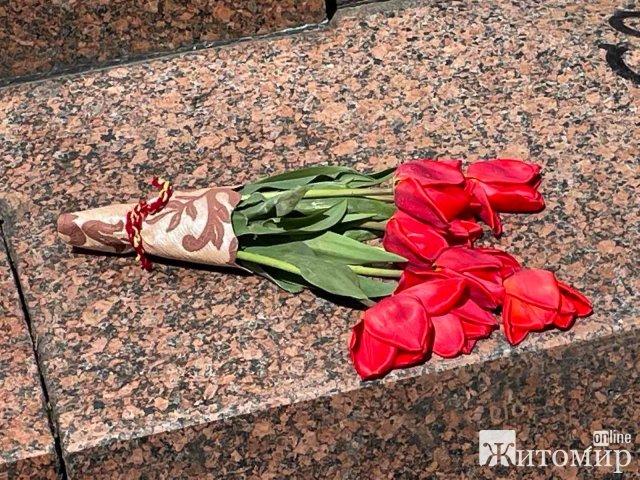 Загадкові житомиряни: кому сьогодні поклали квіти - Карлу Марксу, отаману Дашкевичу чи дєду Мазаю? Ф ...