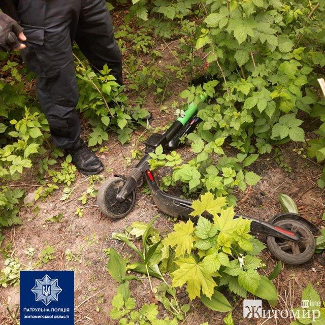 У Житомирі затримали чоловіка, який в центрі міста вкрав прокатний електросамокат. ФОТО