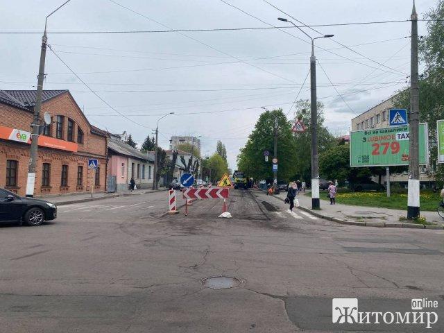 На Ріхтера у Житомирі дорожники міняють асфальтне покриття. ФОТО