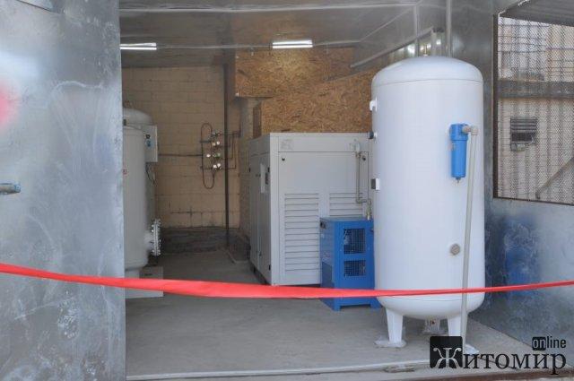 У Чуднові чиновники з медпрацівниками перерізанням стрічки відкрили кисневу станцію. ФОТО