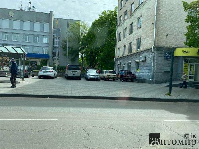 """У Житомирі біля """"Телецентру"""" автівки загородили прохід. ФОТО"""