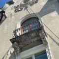 У центрі міста на тротуар падають уламки балкону. ФОТО