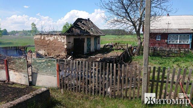 У селі на Житомирщині рятувальники загасили вогонь, який ледь з господарчої не перекинувся на житлову будівлю. ФОТО