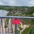 На пішохідному мосту в Житомирі розвісили мотиваційні таблички з помилками. ФОТО