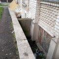 На проспекті Миру в Житомирі чоловік впав у підвальний приямок. ФОТО