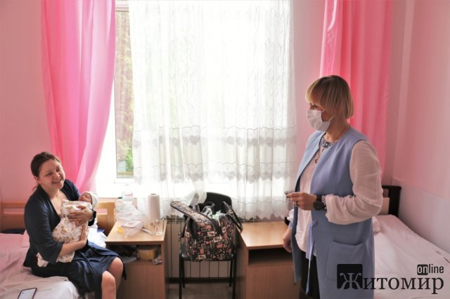 Немовлятам, які в Житомирі народилися у День вишиванки, подарували вишиті сорочки. ФОТО