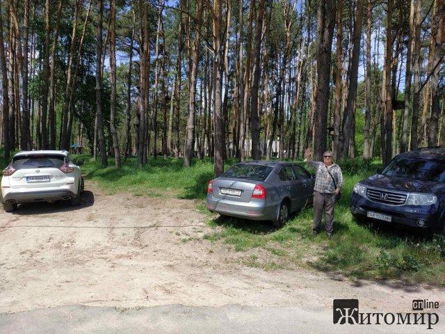 На території житомирського гідропарку автівок більше, ніж відпочивальників. ФОТО