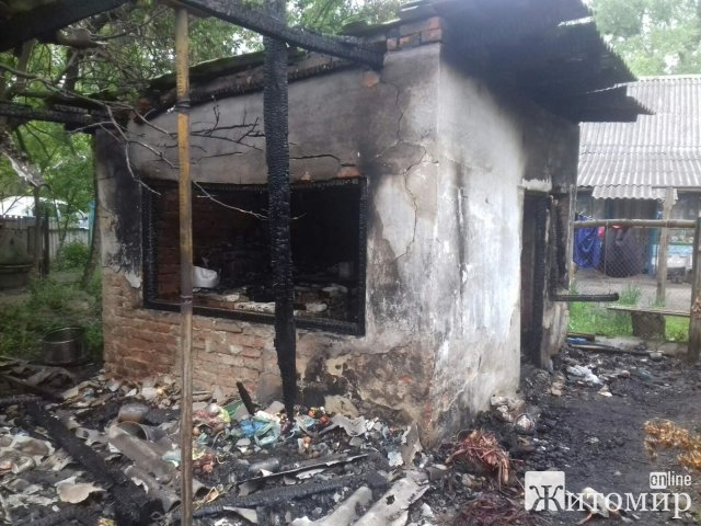 У селах Житомирського та Коростенського районів горіли будівлі. ФОТО