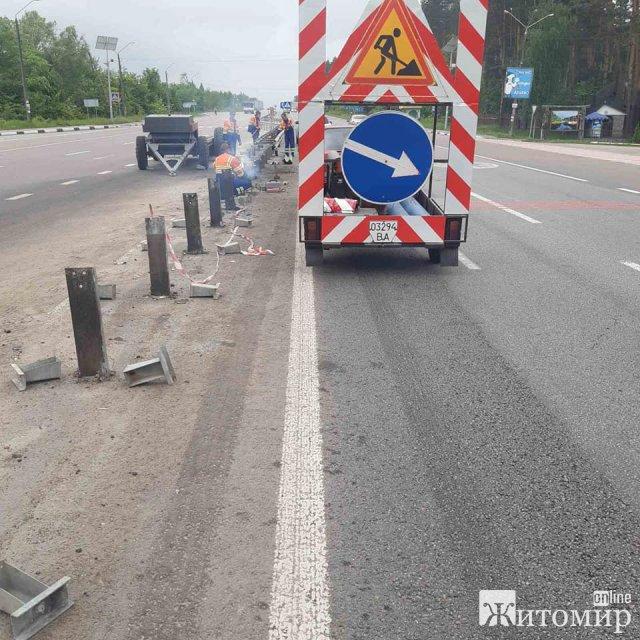 Неподалік Житомира дорожники ремонтують колесовідбійник після ДТП. ФОТО