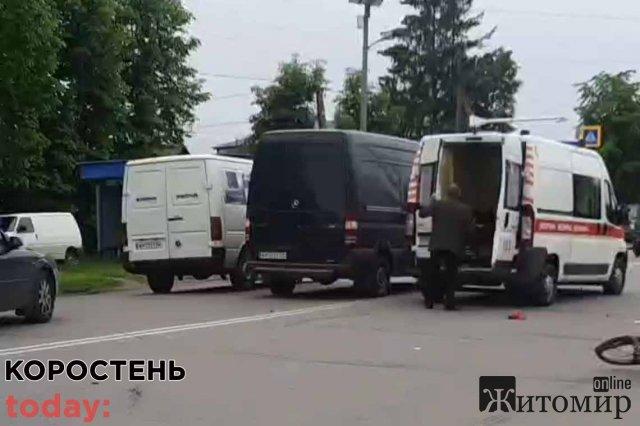 """У Коростені мікроавтобус збив велосипедиста: потерпілий помер у """"швидкій"""". ФОТО"""