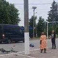 У Коростені поліцейські просять допомогти встановити особу велосипедиста, який помер після зіткнення з мікроавтобусом