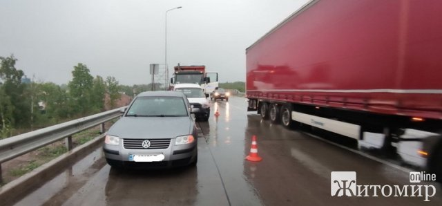 Неподалік Житомира вантажівка в'їхала у Volkswagen, від удару легковик протаранив ще один автомобіль. ФОТО
