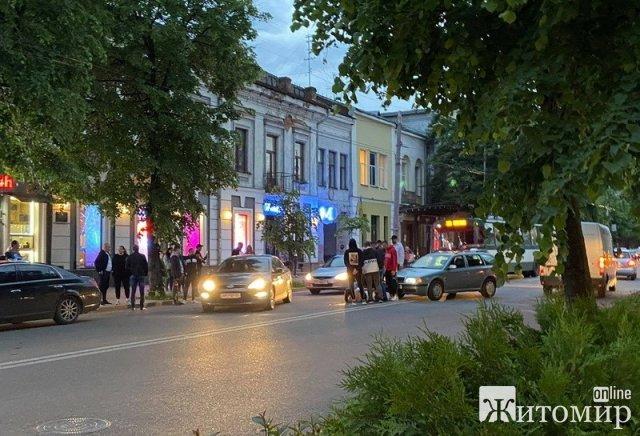 """Біля кінотеатру """"Україна"""" в Житомирі автомобіль збив дівчину. ФОТО"""
