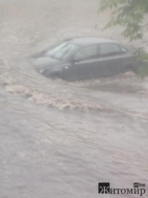 У Житомирі після дощу знову затопило вулиці: людям - по коліна, машинам - майже до капота. ФОТО