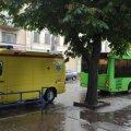 На затопленій вулиці в Житомирі маршрутка вскочила в люк: є травмована. ФОТО