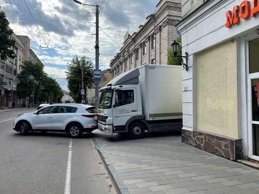 Безглузда аварія на Великій Бердичівській у Житомирі. ФОТО