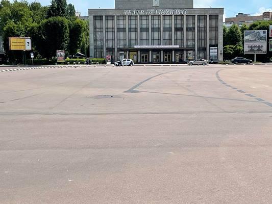 Хто залишив сліди таємничого ДТП на Соборному майдані в Житомирі? ФОТО
