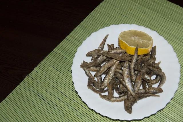 Как поджарить рыбу без лишнего запаха и брызг масла