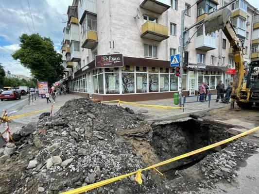 У Житомирі на перехресті Київської та Івана Мазепи величезне провалля. Може бути витік газу. ФОТО