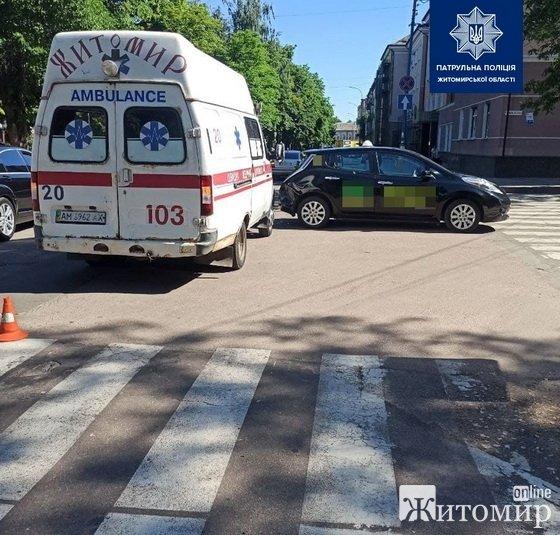На Старому бульварі у Житомирі зіштовхнулись «швидка» та  таксі. ФОТО