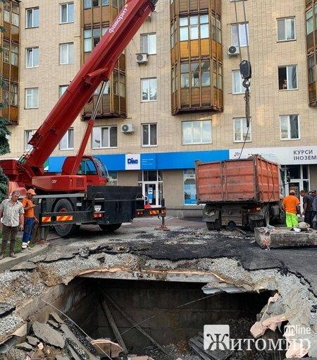 На майдані Соборному в Житомирі майже три години витягали вантажівку з провалля. ФОТО