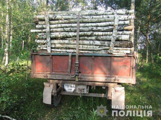 На Звягельщині затримали трактор з викраденою деревиною. ФОТО