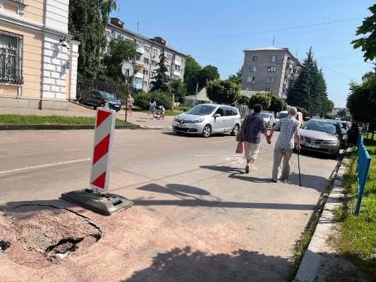 В Житомирі по вулиці Лятошинського на дорозі яма. ФОТО