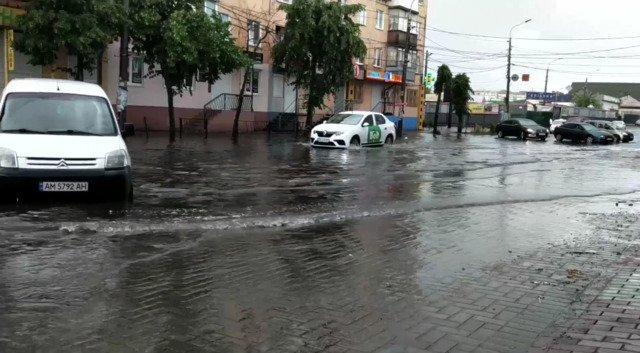 У центрі Житомира масштабний потоп. ВІДЕО