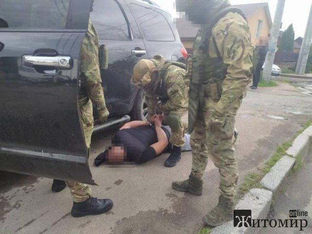 У Житомирі затримано рекетирів, які вимагали у бізнесмена понад 17 тис. доларів США. ФОТО