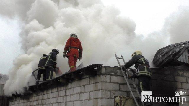 У селі Житомирського району через розряд блискавки згоріла покрівля житлового будинку
