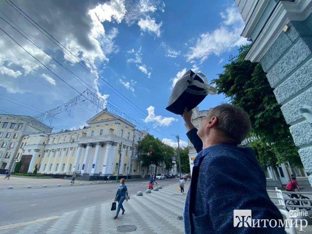 Житомиряни спостерігали за сонячним затемненням. ФОТО