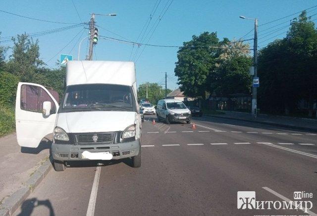 У Житомирі на вулиці Чуднівській маршрутка в'їхала в Renault. ФОТО