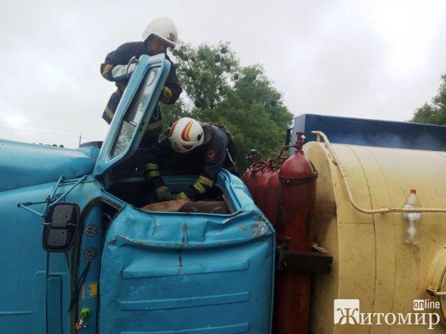 У Житомирській області перекинувся молоковоз: пошкодились газові балони. ФОТО