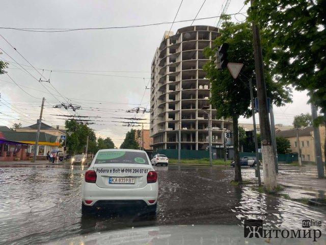 У Житомирі знову затоплене перехрестя Покровської та Грушевського. ФОТО