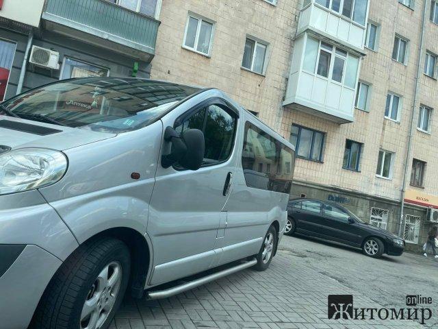 На Шевченка в Житомирі водії лишають свої автівки на тротуарах. ФОТО