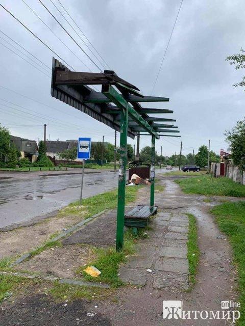 На Вільському шляху в Житомирі розвалюється зупинка. ФОТО