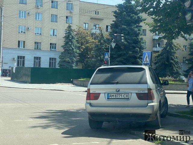 У центрі Житомира автівка заблокувала прохід. ФОТО