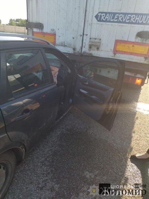 У Житомирській області легковик в'їхав під вантажівку, що рухалась попереду. ФОТО